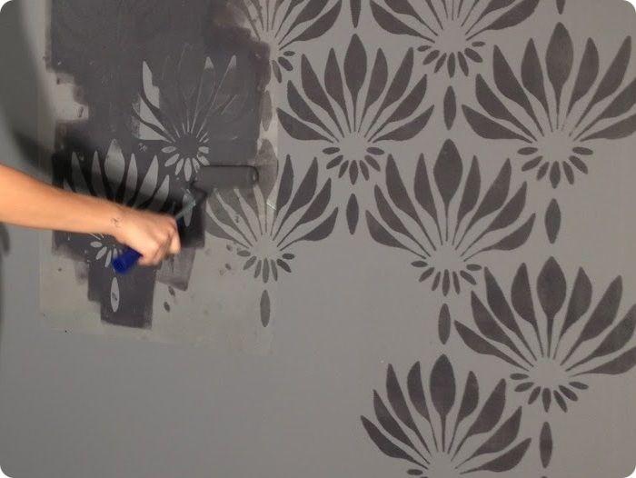 Трафарет фиксируют на стене и укладывают краску. Так удаётся получить рисунок, идеально вписывающийся в дизайн комнаты.