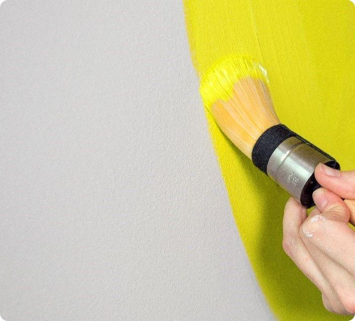 Малярная кисть нужна для обработки труднодоступных мест и небольших деталей. Использовать кисти для окрашивания объёмных элементов нецелесообразно.