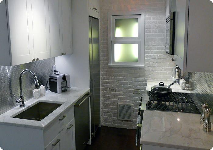 Небольшая кухня.