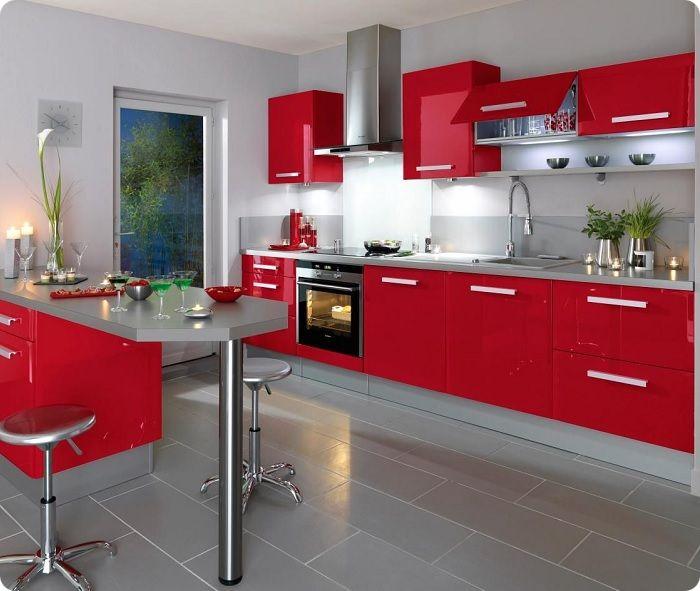 Глянцевое оформление кухни эффектно с точки зрения увеличения пространства.
