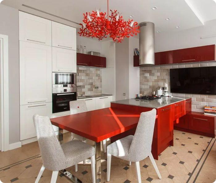 Идеальное сочетание красок для небольшой кухни — комбинация красного с белым или с бежевым. Если планируется применить серый, допустимо выбирать его в самых спокойных тонах. Сочетаний с тёмными либо яркими оттенками лучше избегать, в противном случае, интерьер получится чрезмерно насыщенным для восприятия.