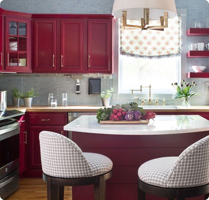 При выборе цвета для меблировки кухонного пространства в обеденной зоне, важно не забывать о гармонии. Если в помещении достаточно алых красок, лучше оставить эту территорию спокойной.