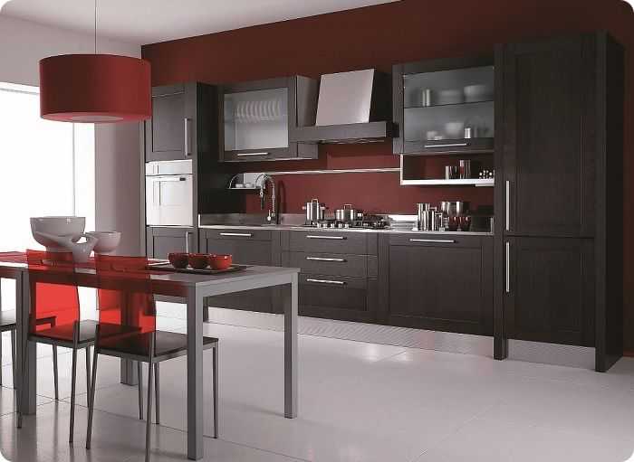 Несложно сделать яркий акцент на просторной кухне с помощью фартука. Такая идея внесёт в помещение нотки свежести, комфорта, индивидуальности.