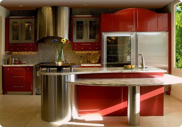 Отлично в красном интерьере смотрится стекло, например, обеденный стол со стеклянной столешницей либо барная стойка, выполненная из этого материала. Присутствие стекла добавит кухонному пространству лёгкости, воздушности, романтичности.