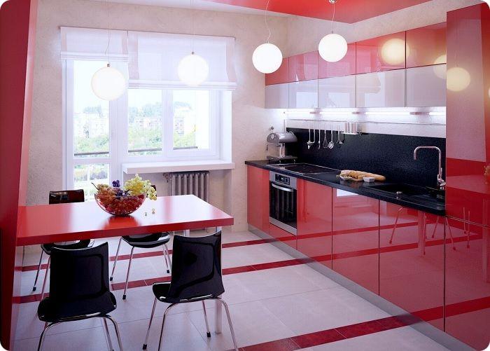 Пол на кухне с красными акцентами.