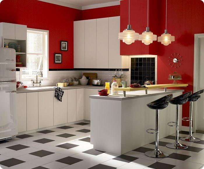 тены, оформленные в красный, отлично комбинируются с мебелью и аксессуарами других цветов.