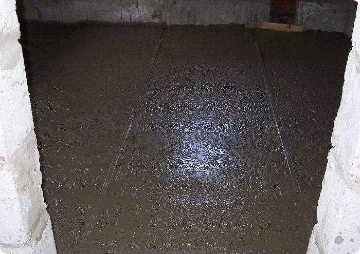 Заливка мокрой стяжки с керамзитом по маякам.