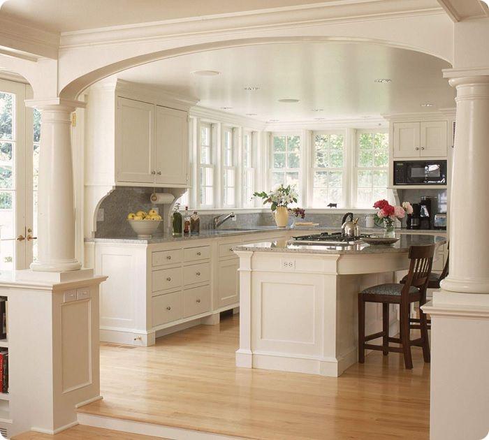 Зонирование колоннами на кухне-гостиной.