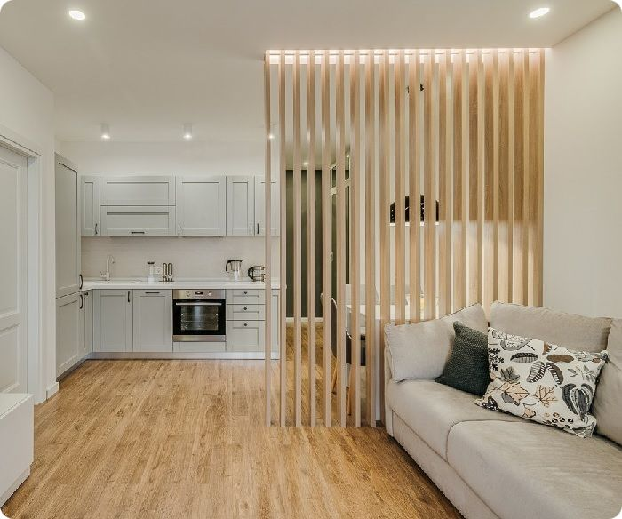 Зонирование кухни-гостиной деревянной перегородкой.