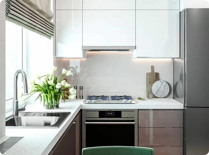 Встраивая холодильник в мебель за счёт однотипной по цвету поверхности кухонное пространство визуально расширяется.