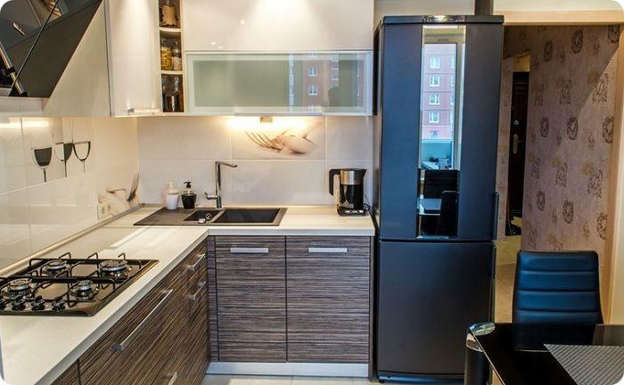 Холодильник у входа в кухню — появляется возможность зонировать помещение, так как в этом месте он станет дополнительной перегородкой.