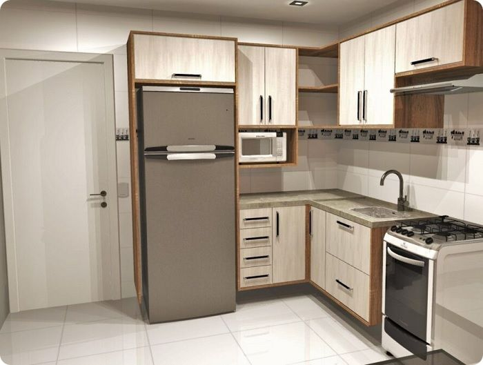 Холодильник у входа в кухню.