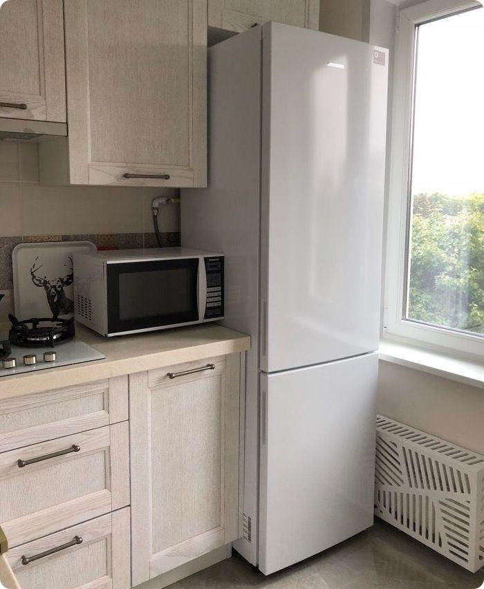 Холодильник на маленькой кухне можно расположить у окна.