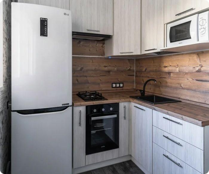 В целях экономии пространства ставить холодильник впритык с мойкой не рекомендуется с точки зрения пожаробезопасности. В повседневной жизни многие женщины при готовке пользуются минимумом конфорок, поэтому сэкономить полезную площадь можно установкой двухконфорочной плиты или печи.