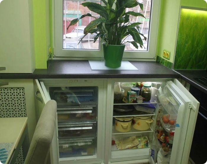 Также можно установить компактный холодильник под столешницей. Такая идея увеличит рабочее пространство, но она не подходит для большой семьи.