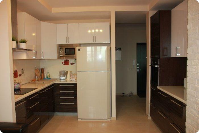 Располагая технику справа или слева от входа в кухню, у стены, она не будет бросаться в глаза. Лучше выбирать холодильник в светлых тонах. Дверь рекомендуется снять, расширив дверной проём, благодаря чему помещение будет смотреться более просторным.