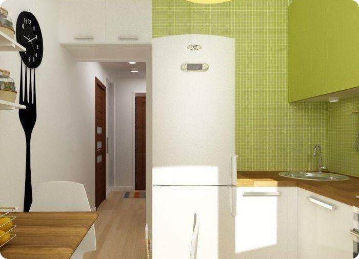 Установка холодильника у дверного проёма.