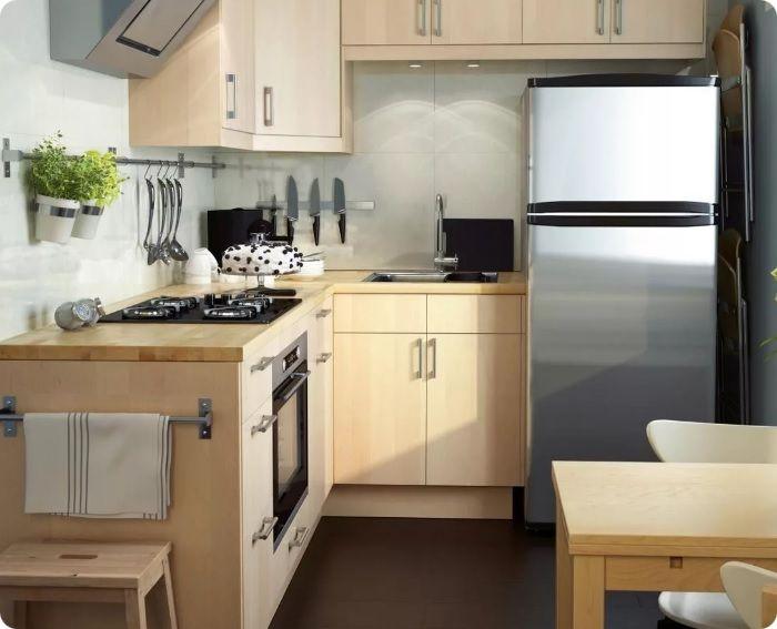 Г-образная планировка — холодильник устанавливают по одной линии с мебельным гарнитуром буквой «Г».