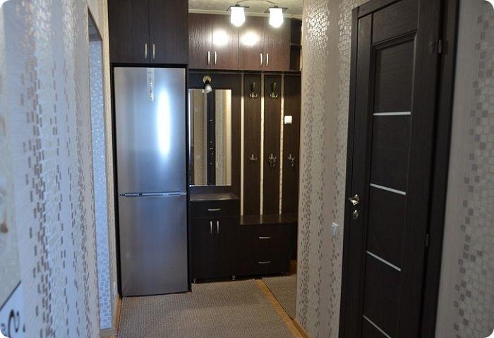 Если размеры кухни не позволяют установить даже небольшой холодильник, оборудование выносят в коридор между гостиной и кухней.