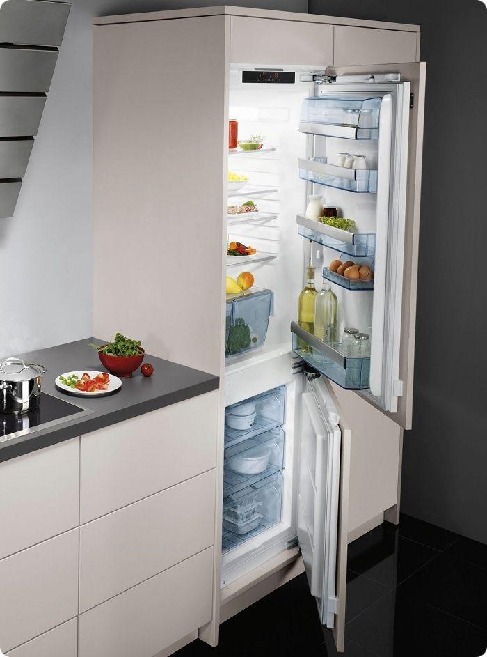Холодильник встраивается в гарнитур как посудомоечная или стиральная машина. Но, кроме экономии пространства и эстетичности, такие модели холодильного оборудования имеют меньший внутренний объём, поэтому они не подходят большим семьям.