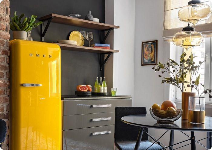 Жёлтый холодильник в стиле ретро.