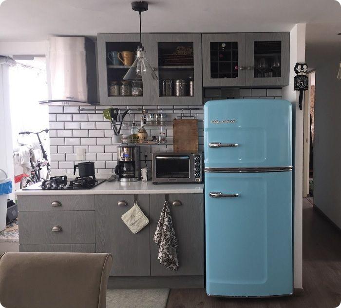 Синий холодильник в стиле ретро.