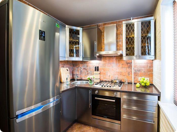 Выбирая цвет, важно ориентироваться на общий цветовой фон помещения, иначе холодильник будет смотреться нелепым пятном, бросающимся в глаза.