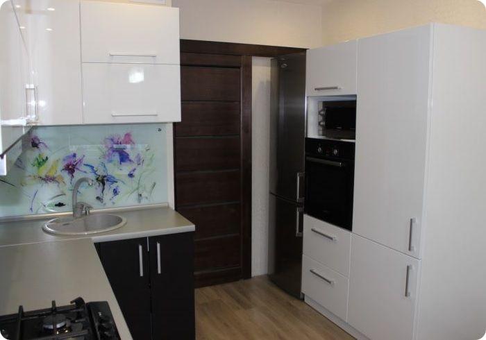 параллельная планировка в два ряда — плита, рабочий стол и мойка монтируются на одной стороне, холодильник с остальными шкафами на противоположной.