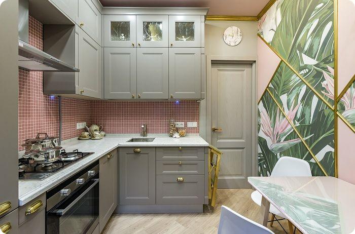 Дизайн маленькой кухни в современном стиле предполагает установку угловой мебели со встроенным холодильником. Речь идёт о готовом кухонном пространстве, в котором необходимое оборудование с гарнитуром располагаются по принципу треугольника — с одной стороны размещена рабочая зона, с другой — обеденная.
