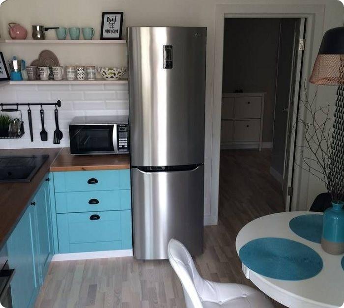 Размещение холодильника у входа.