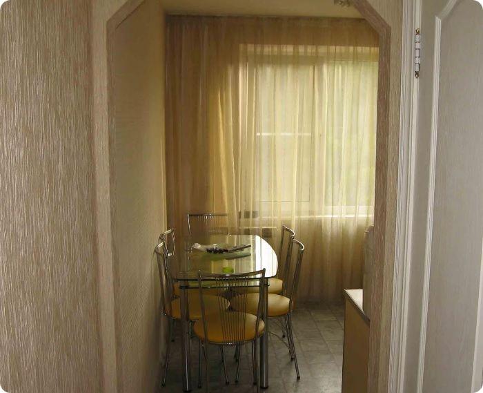 Отличная идея — увеличить дверной проём, визуально расширив пространство кухни.