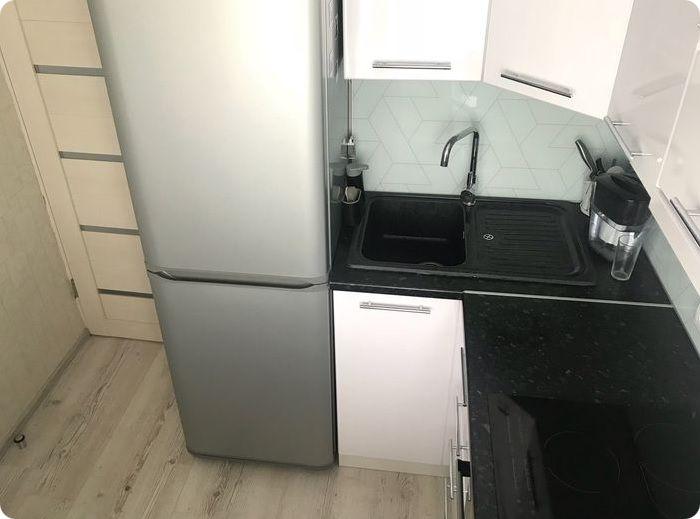Нельзя устанавливать холодильник рядом с мойкой — постоянный контакт с водой опасен замыканием электропроводки и пожаром.