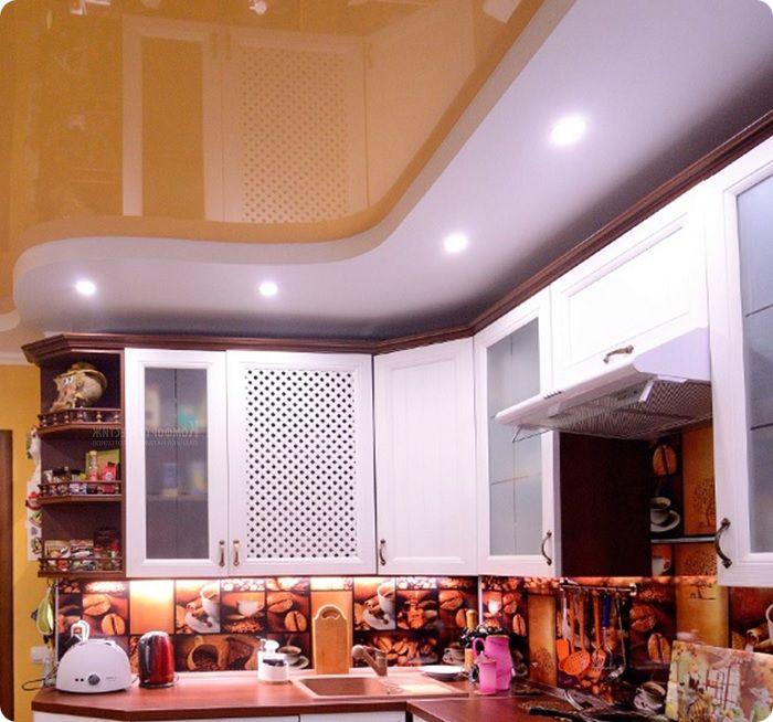 Яркий глянцевый потолок кричащих оттенков также окончательно вышел из моды.