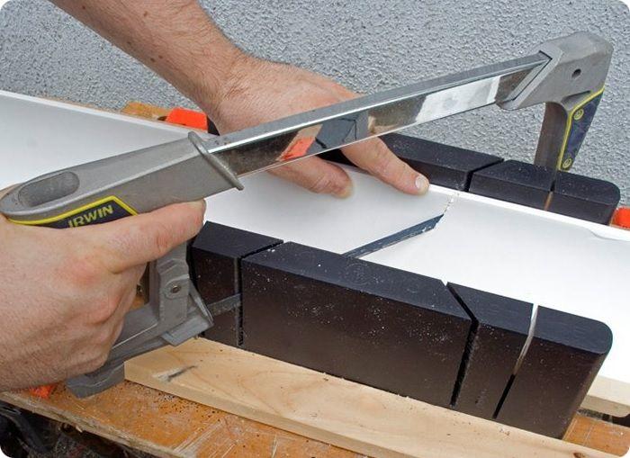 Отсутствие стусла приводит к получению неровного среза. Обрезка допускается только ножом со сменными лезвиями. Так удаётся получить ровный срез.