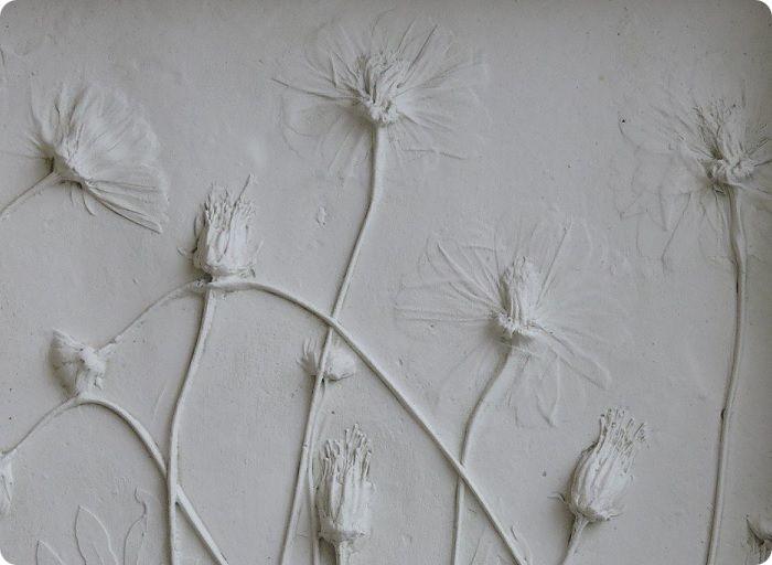 Барельефы считаются украшением интерьера. Выполнить их можно в любом стиле. Чаще всего речь идёт о природной тематике с изображением птиц, животных, растений.