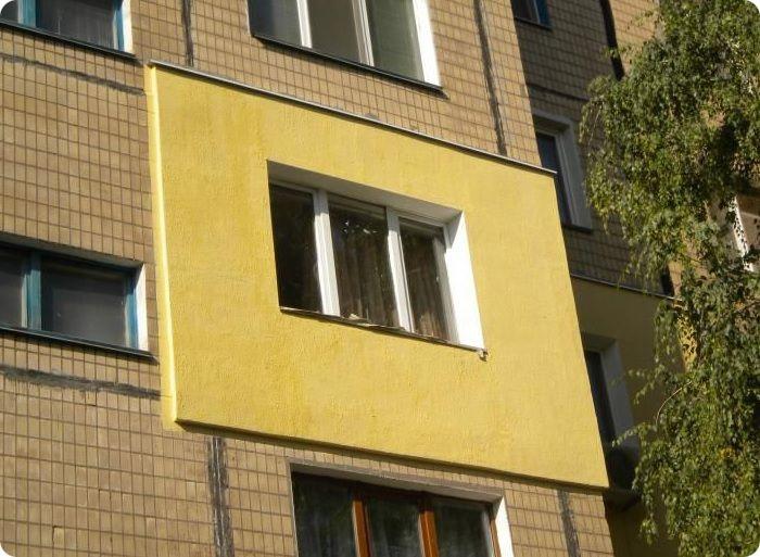 Многие жители российских регионов утепляют стены своих квартир, что обусловлено холодными климатическими условиями в зимний сезон, и плохо справляющейся системой центрального отопления.