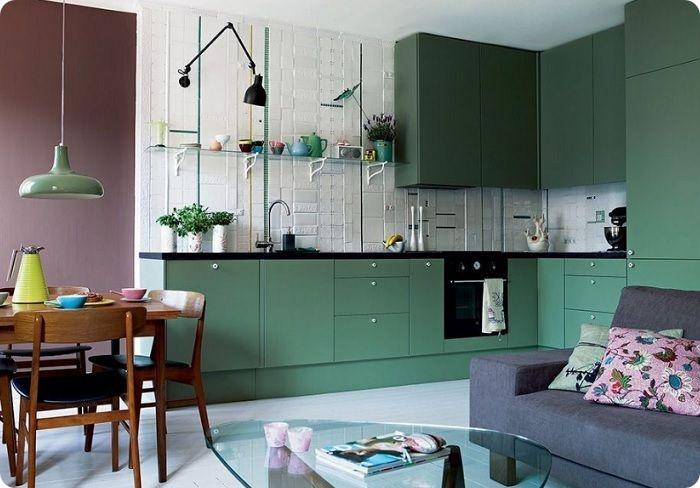 Комбинация зелёного с чёрным. Выглядит эффектно и современно. Чёрный уравновешивает яркость зелени, добавляя оптимального контраста помещению. Зелёный, напротив, успокаивает мрачные чёрные краски.