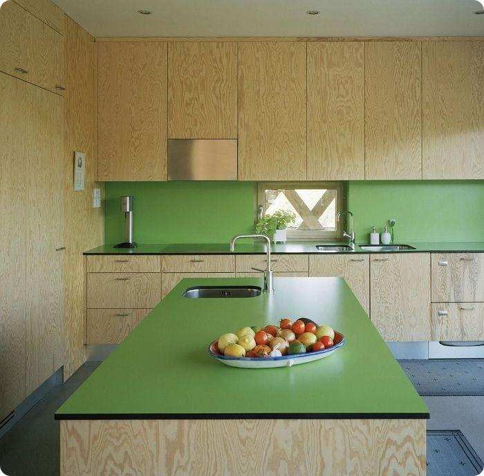 Стиль мебели может быть любым. Если кухня выполнена в классическом стилевом направлении, выберите тёмные тона с эффектом старины. В современный стиль, например хай-тек, отлично вписываются яркие фасады с глянцем. Для прованс подходят мягкие салатовые оттенки — они выглядят элегантно, создавая общее приятное впечатление об интерьере. Стиль фьюжн или минимализм подчеркнёт гарнитур оттенка зелёное яблоко. Стены должны оттенять зелёную мебель, поэтому их лучше оформить в спокойные пастельные тона.