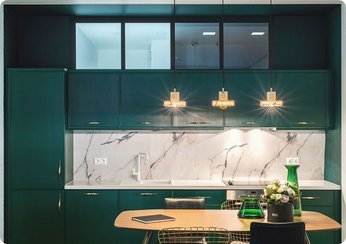 Результат оформления кухни в зелёные тона зависит от площади помещения, его естественной освещённости и оптимального сочетания цветов в одном пространстве. В сети можно встретить много фотографий кухонь с преобладанием зелёных красок в сочетании с белым потолком, необычными зелёными светильниками, комбинацией встроенных фонарей.