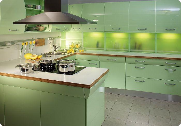 Зелёный относится к мягким цветам, оттенки которого гармонируют друг с другом, поэтому при оформлении фартука кухонного пространства не должно возникнуть проблем. Выгодно смотрится фартук, выполненный в одном из оттенков зелёного.