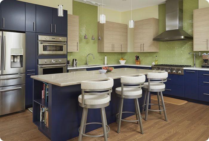 Сине-зелёная кухня — ассоциируется с земным шаром. Это сочетание всегда смотрится гармонично, эффектно «работая» во всех мыслимых пропорциях.