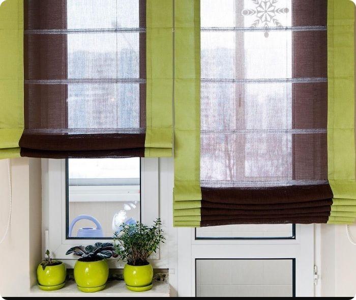 Окна можно задекорировать зелёными римскими шторами из натурального льна.