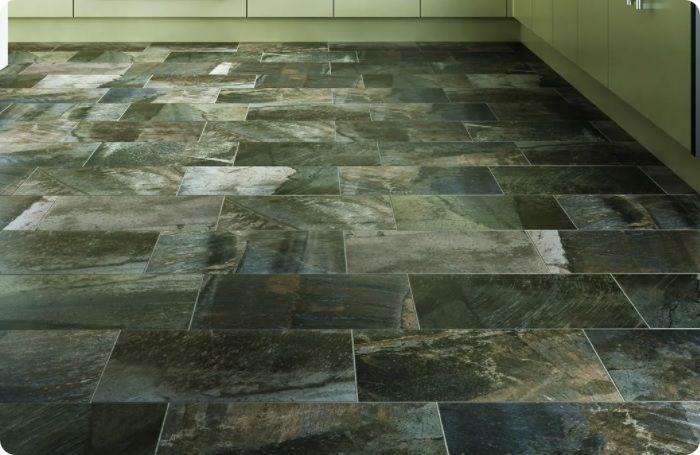 На полу кухни можно уложить плитку разных оттенков.
