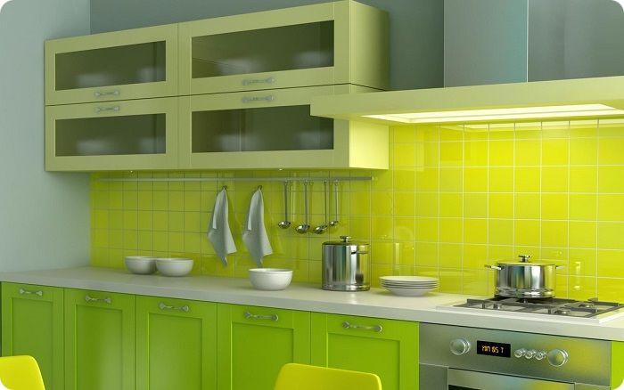 Верхние и нижние шкафы кухонного гарнитура могут отличаться оттенками зелёного.