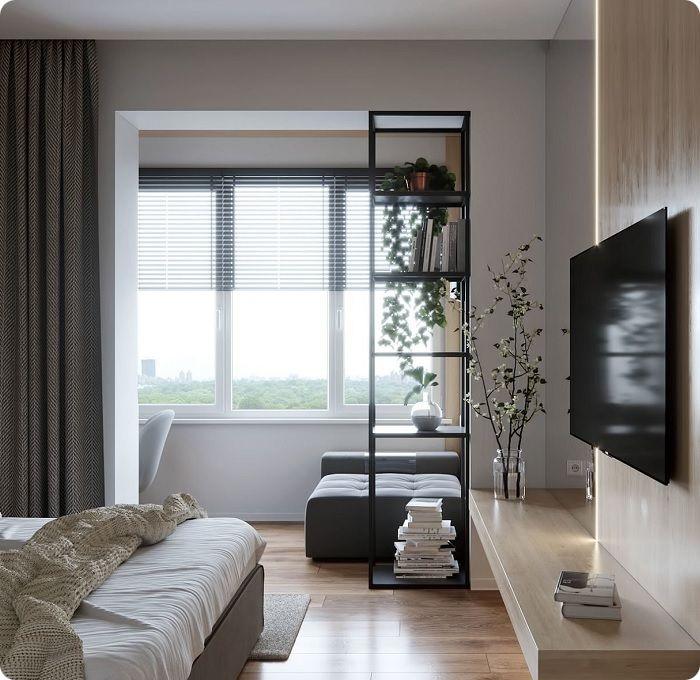 Просторная спальня-гостиная с балконом.