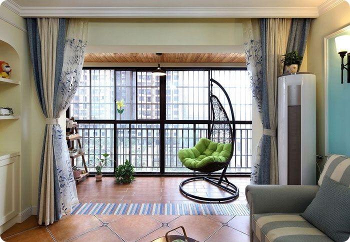 Уютное подвесное кресло в гостиной с большой террасой.