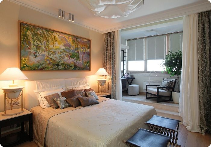 Спальня, объединённая с балконом и зона отдыха.