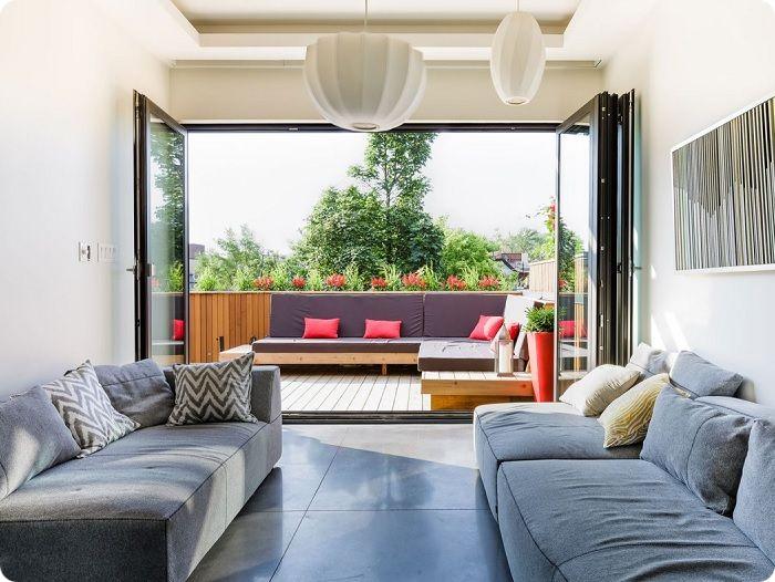 Гостиная с большим балконом или террасой.