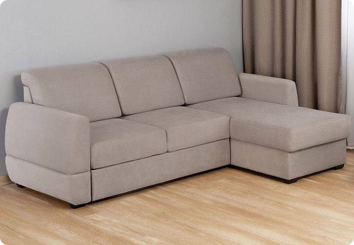 Раскладной диван-кровать поможет сэкономить пространство.