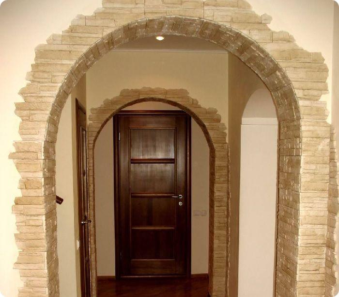 Оформление дверного проёма искусственным камнем.